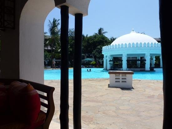 Southern Palms Beach Resort: looking over to swim up bar