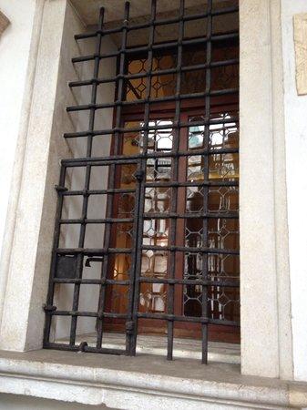 Chiesa di S.Vincenzo: Feritoie attraverso cui avvenivano gli scambi tra pegni e loro valore in denaro