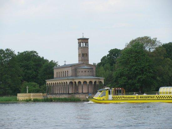 Heilandskirche am Port von Sacrow : Sacrow Kirche mit Wassertaxi