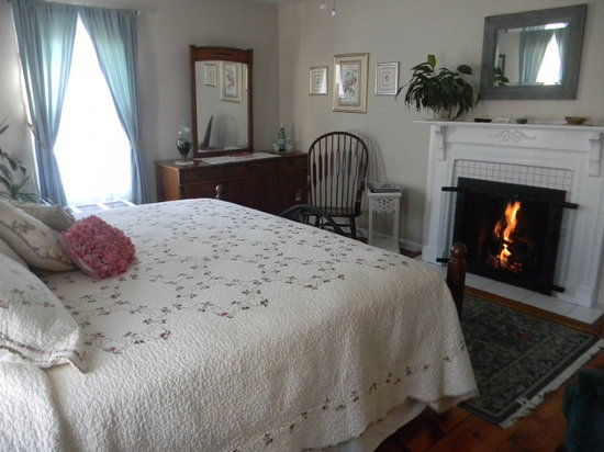 Harrington House: The Rose Room also has a King bed and fireplace