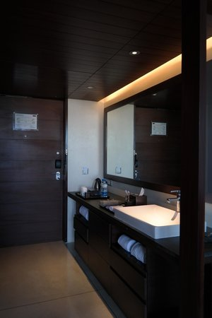 Holiday Inn Hotel & Suites Bengaluru Whitefield: Vanity counter along the room's entrance corridor