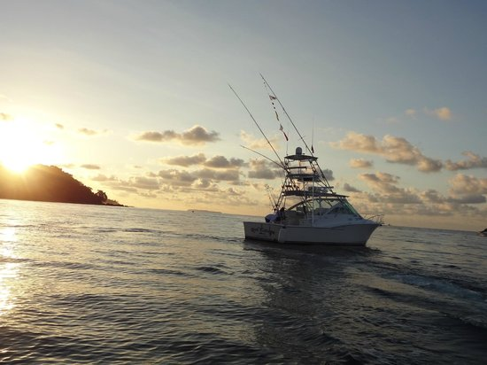 Drake Bay, Costa Rica: Saying Goodbye to the Reel Escape after an exciting day of fishing.
