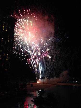 Friday Night Fireworks at Hilton Hawaiian Village Waikiki Beach Resort: Из номера. И платить не надо