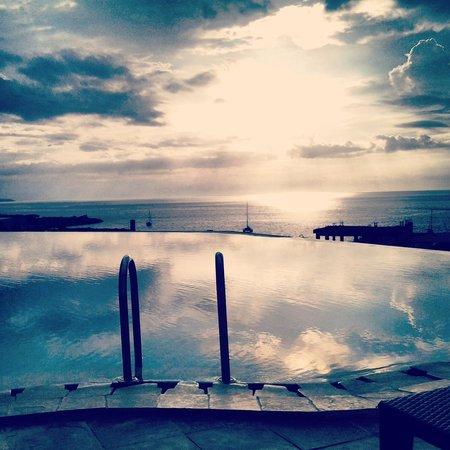 Aryaduta Manado: Swimming Pool during sunset