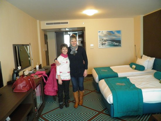 INTERNATIONAL Hotel Casino & Tower Suites: my sister and my mum in our room