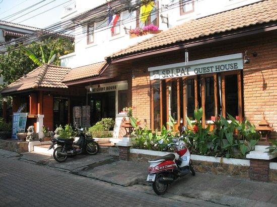 Sri Pat Guest House: l'entré côté rue