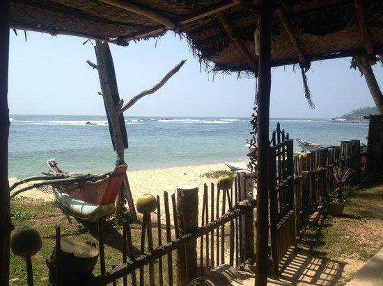 Praneeth Guest House, Mirissa: Zitje aan zee