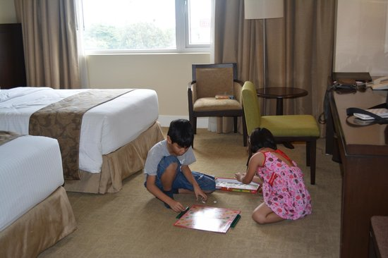 Harolds Hotel: Kids playing board games on the carpet