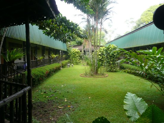 Sukau Rainforest Lodge: Lodge courtyard ground between wings