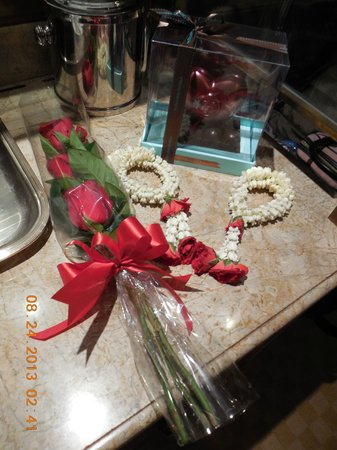 Shangri-La Hotel,Bangkok: Roses & Chocolate From The Hotel For Our Anniversary