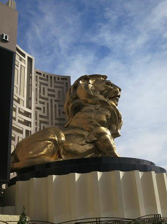 MGM Grand Hotel and Casino: Lion out front of property