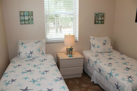 The Ringling Beach House - A Siesta Key Suites Property: Stallion Twin Bedroom