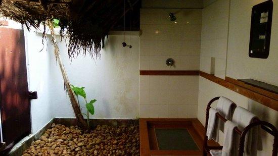 Marari Beach Resort: Douche extérieure