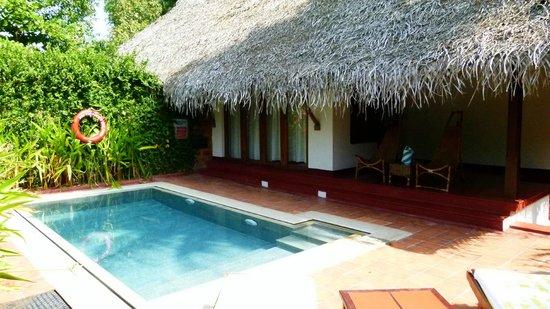Marari Beach Resort: Façade de la chambre donnant sur la piscine privée