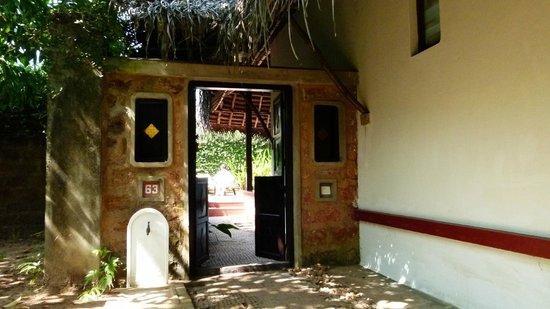 Marari Beach Resort: Entrée principale de l'espace chambre (cours, piscine, logement, salle de bain extérieure