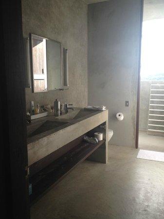 Casa Cascadas: walk through bathroom to outdoor shower