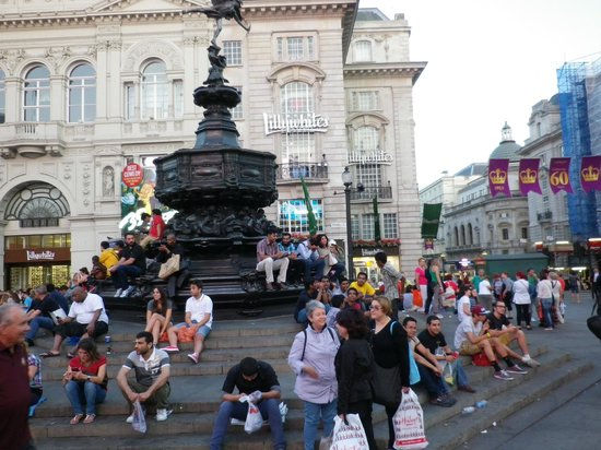 Piccadilly Circus : UN LUGAR PARA SENTARSE Y ESCUCHAR