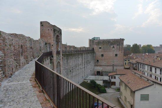 La Cinta Muraria - Camminamento di Ronda: La torre di malta vista dal camminamento