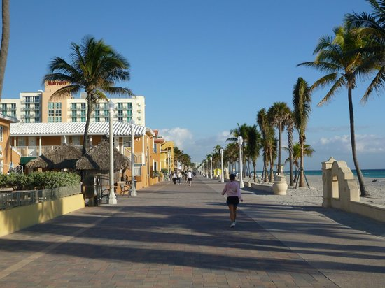 Hollywood Beach Hotels: Beach walk
