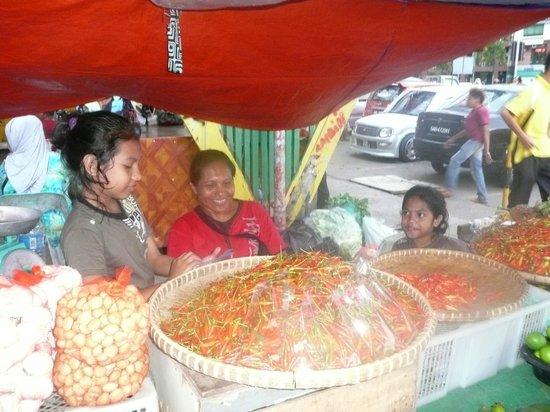 Le Meridien Kota Kinabalu: Fun shopping at an exotic market