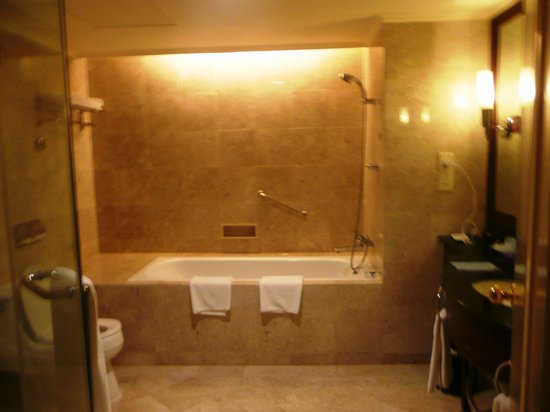 Le Meridien Kota Kinabalu: Beautiful spa like baths