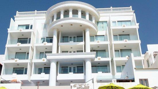 Ocean Front Hotel: вид отеля со стороны моря