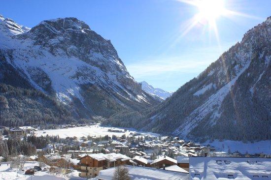 Lagrange Prestige Residence Les Hauts de la Vanoise : vue du balcon sur le village