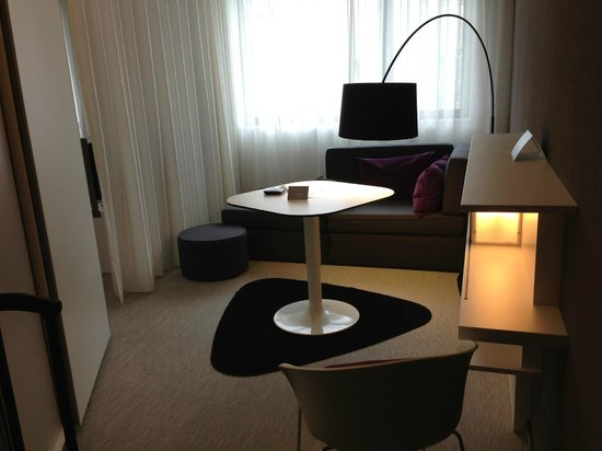 Novotel Suites Luxembourg : Sofa + Table
