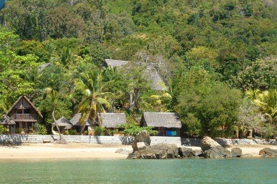 Floraly Komba : l 'hotel en arrivant par la mer