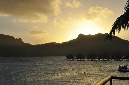 Le Meridien Bora Bora: Atardecer desde la playa