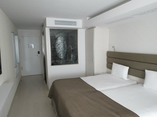Eurostars Book Hotel : The room - very modern, simple, but clean