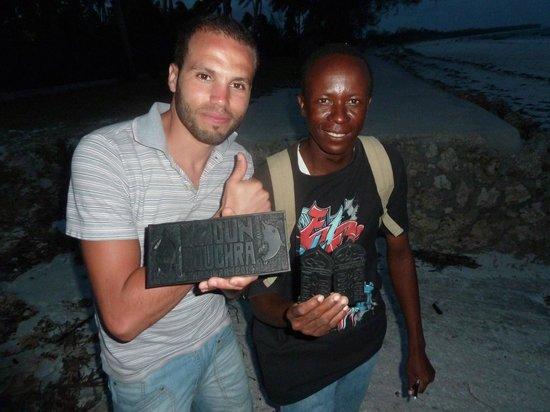 Uroa Bay Beach Resort : MOHAMED et ses souvenir fait par sont grand père