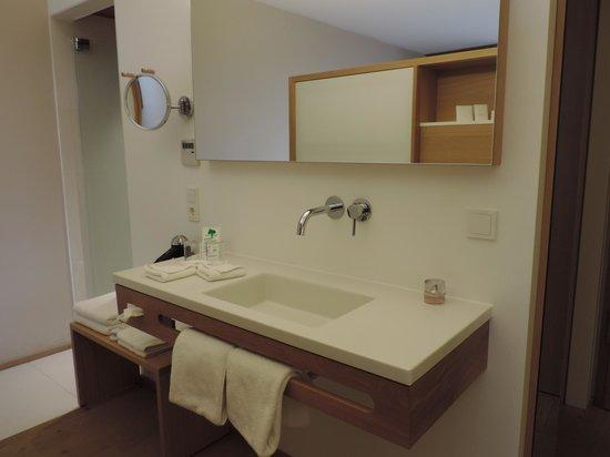Bora HotSpaResort: Zimmer - Waschbecken links Dusche rechts WC