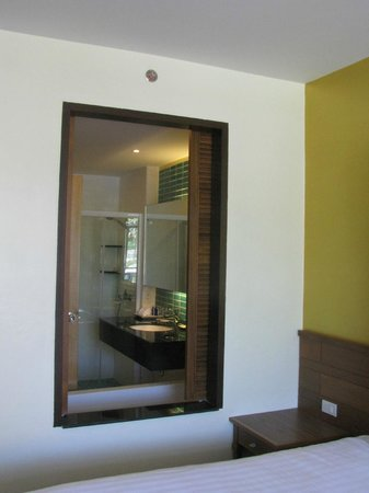 Naithonburi Beach Resort: Bathroom with slidind window