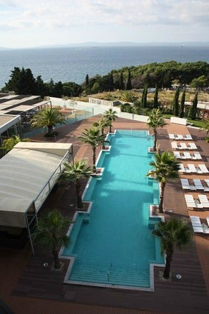 Radisson Blu Resort Split: View of the pool