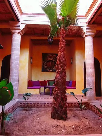 Villa Gonatouki : typical inner garden