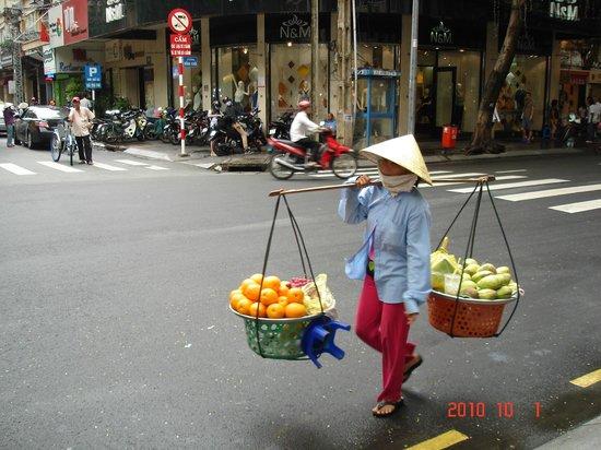 Bong Sen Hotel Saigon: Торговля рядом с отелем.