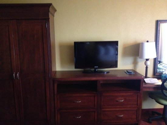 Rosen Inn at Pointe Orlando: flat screen tv/armoire