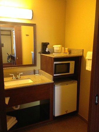 Rosen Inn at Pointe Orlando: sink for bathroom/microwave/mini fridge