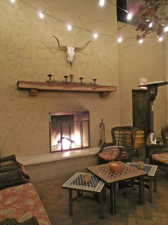 Holland Hotel: Courtyard Fireplace