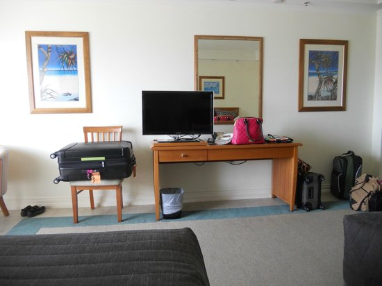 Pullman Cairns International: TV across the bed.  Not many drawers inside the room.