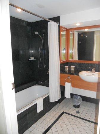 Pullman Cairns International: Bathroom
