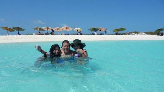 Cayo de Agua : Con dos bellas Mujeres, mi Esposa y mi Cuñada, disfrutando el momento