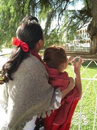 La Casa de Mis Recuerdos B&B : Touring with Nora: Nora and the schoolchild guide at Tule tree