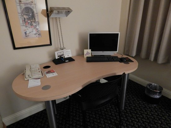 Crowne Plaza Foster City - San Mateo: desk in bedroom
