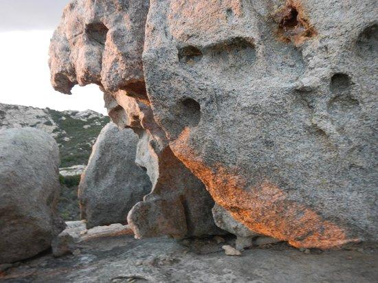 Chapelle de Notre-Dame de la Serra : Les rochés errodés