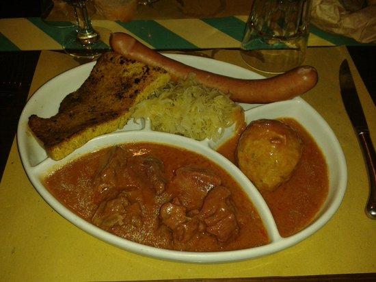 Ristorante Rosa D'Oro: Goulasch, Knodel, Wurst con crauti e polenta