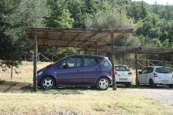 I Casali di Colle San Paolo: Tegen zon overdekte parkeerplaatsen