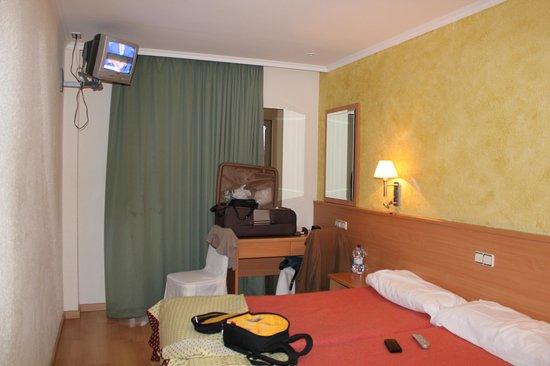 Hotel Samba : el televisor no esta mas alto porque se saldria al piso de arriba