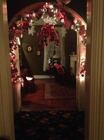 The Briar Rose Bed and Breakfast: downstairs hallway